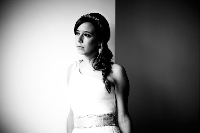 Fotografía de bodas Fotografía en blanco y negro de la novia mirando por una ventana