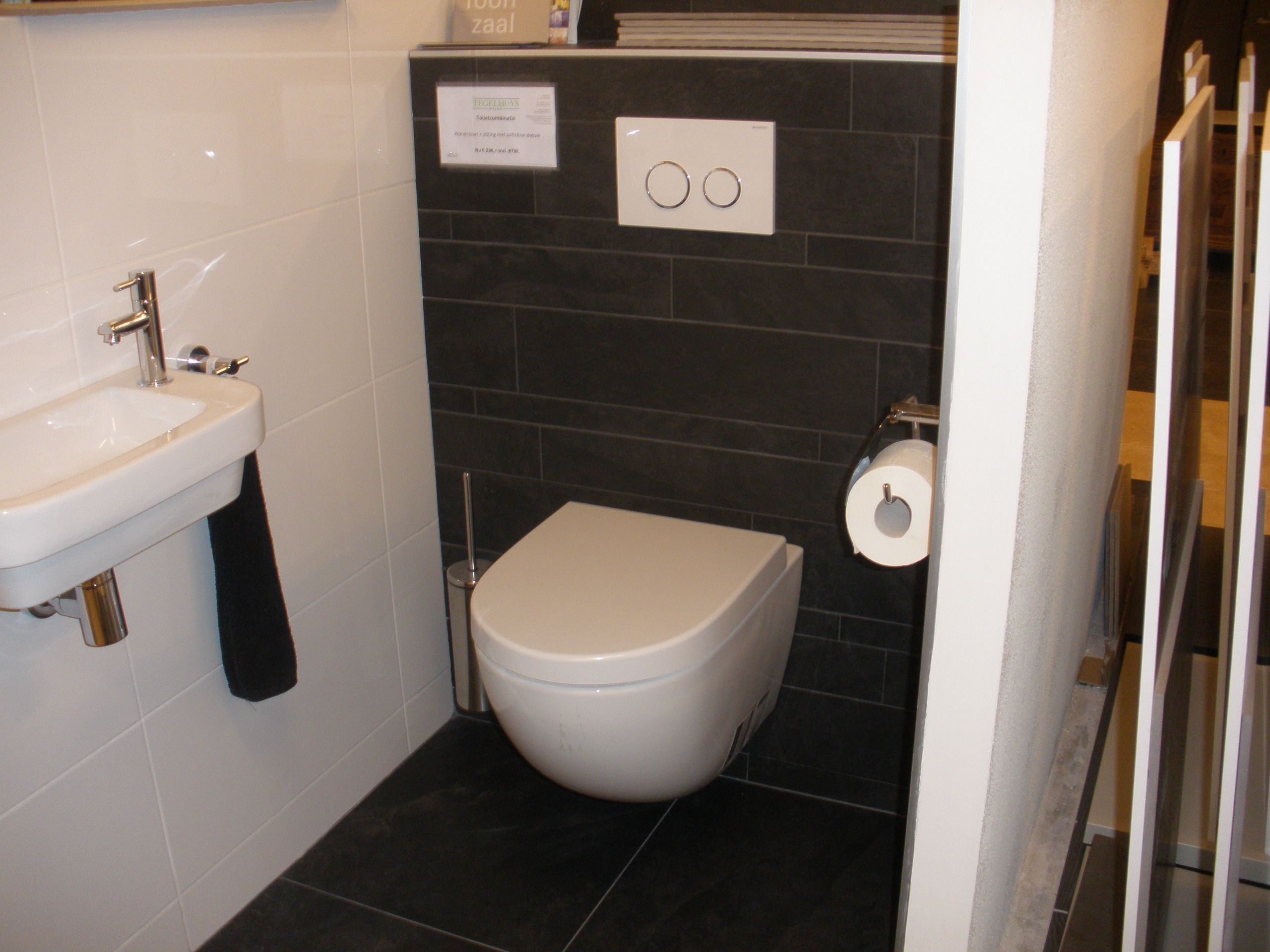 Zwarte stroken op de achterwand van het toilet en