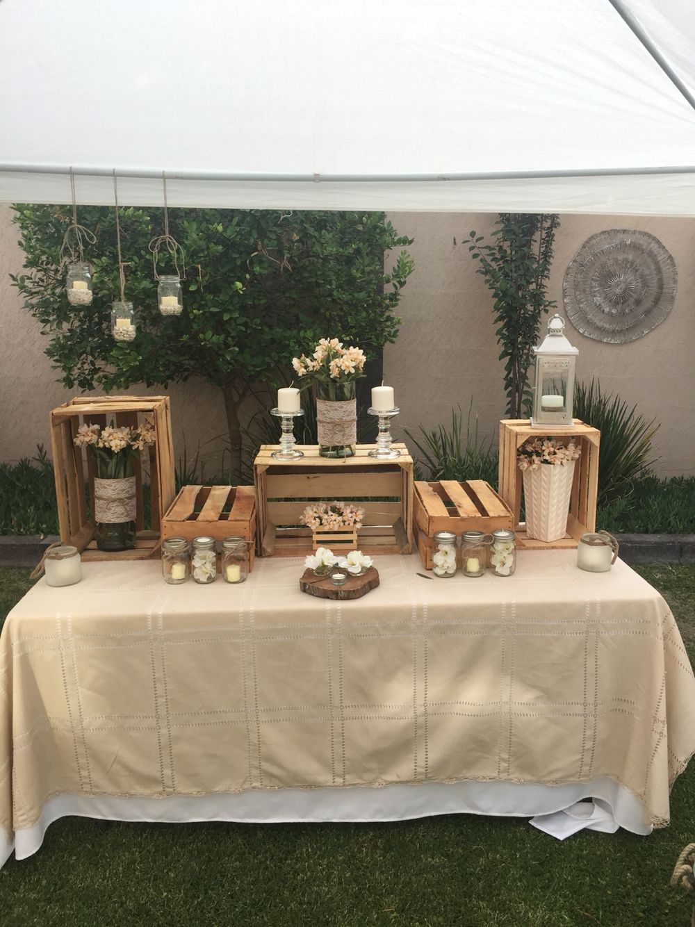 Mesa de botanas usando madera y velas mas cumplea os - Mesa cumpleanos adulto ...