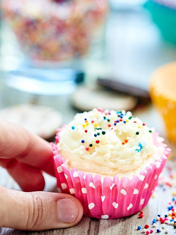These funfetti cheesecake cupcakes have 3 layers: birthday cake oreo crust, no bake funfetti cheesecake filling, and funfetti cream cheese buttercream! showmetheyummy.com #funfetti #cake