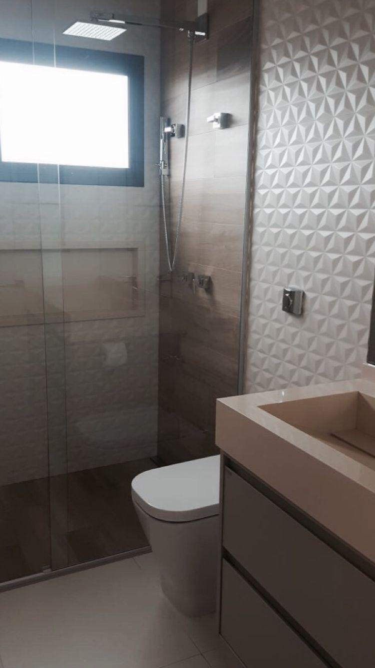 Banheiro Com Revestimento 3d Porcelanato De Madeira E Bancada E
