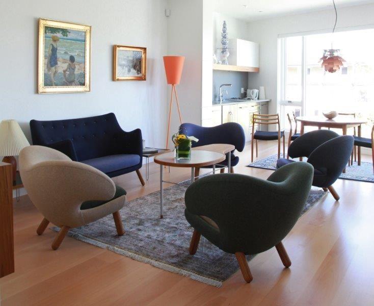 A sofá Poet e poltronas Pelican de designer Finn Juhl - originais de OneCollection.