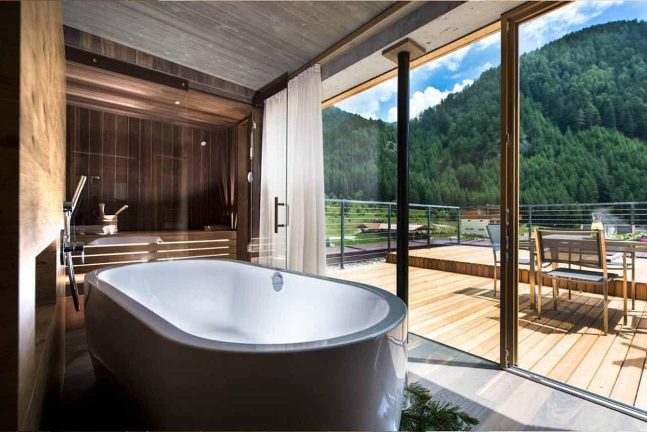 Hotel Valserhof In Vals Sudtirol Die Panoramasuite Mit Der Memo Badewanne Freistehend Hotel Italien Badewanne Sudtirol