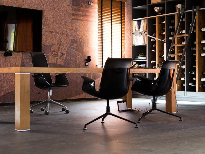 Warmes Licht lässt den Schieferboden strahlen. Der Arbeitsbereich im Industrial-Style macht Lust zum Arbeiten.  – jonastone