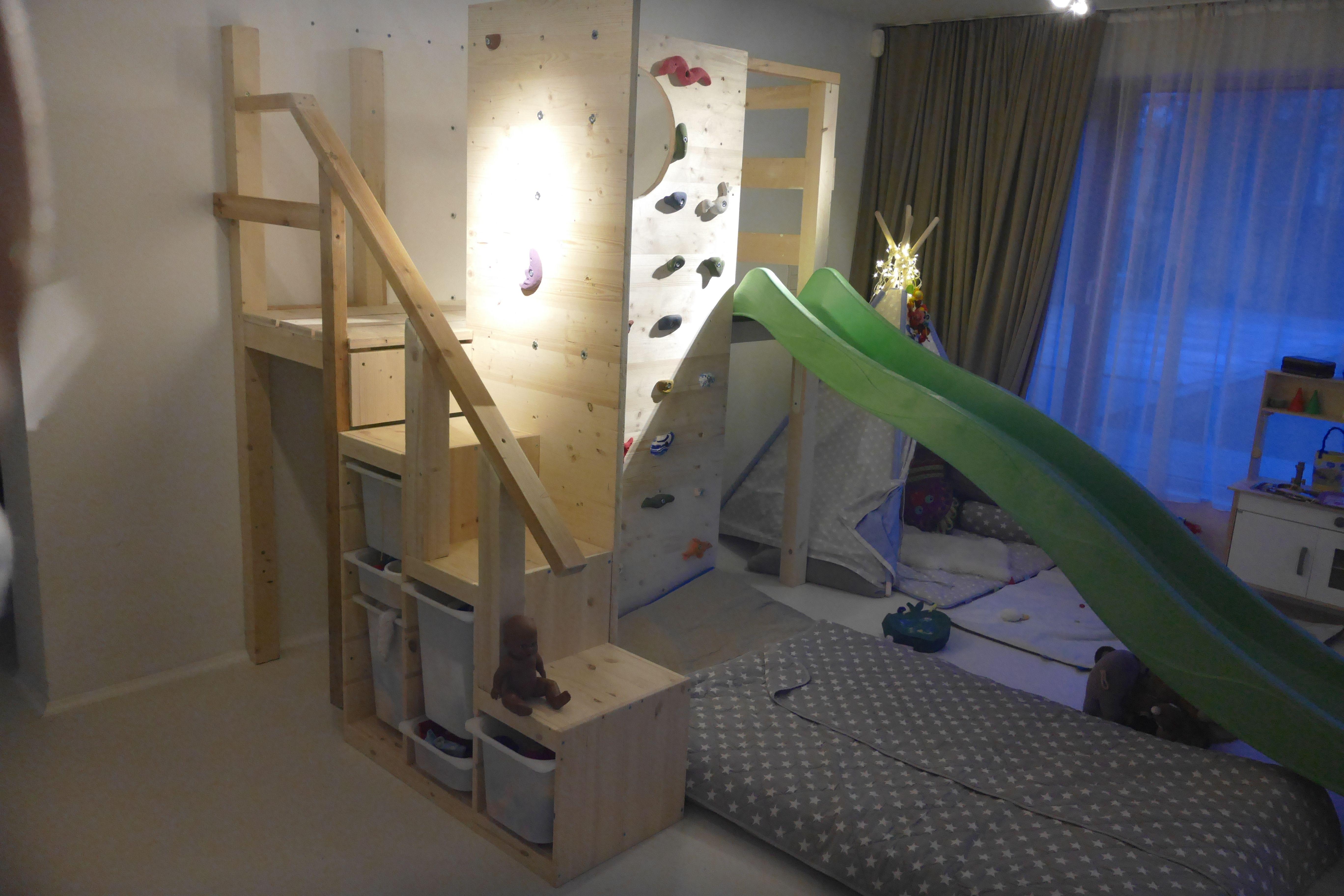 Ikea Trofast Regal mit einer Kletterwand und Rutsche