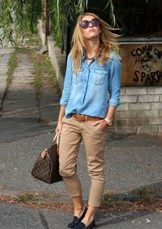 Photo of lys blå denimskjorte, beige chinos, svarte semsket skinnsko, mørkebrun skjorte for damer