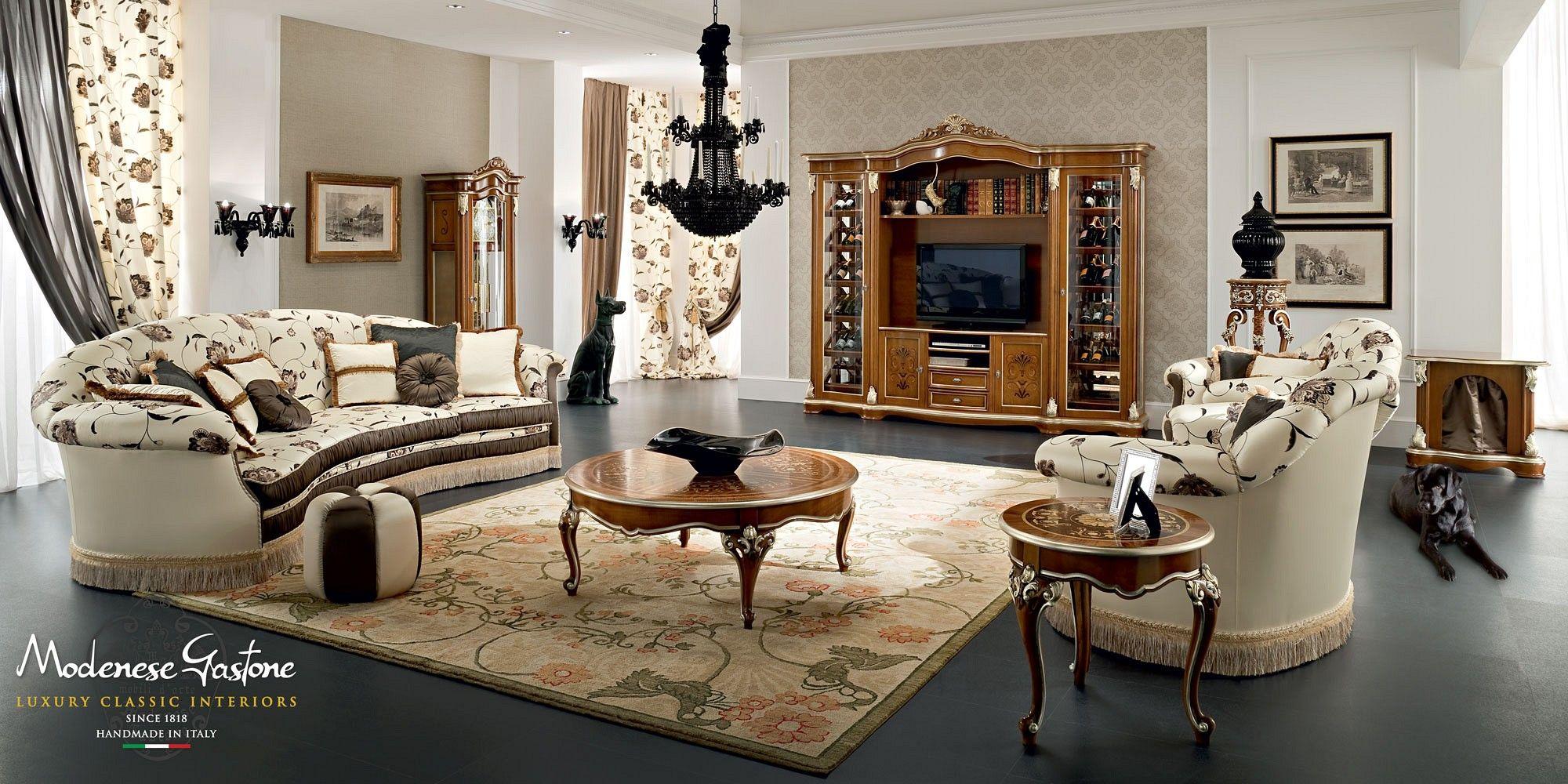 Salotto in stile country con divani e poltrone imbottite e decorate ...