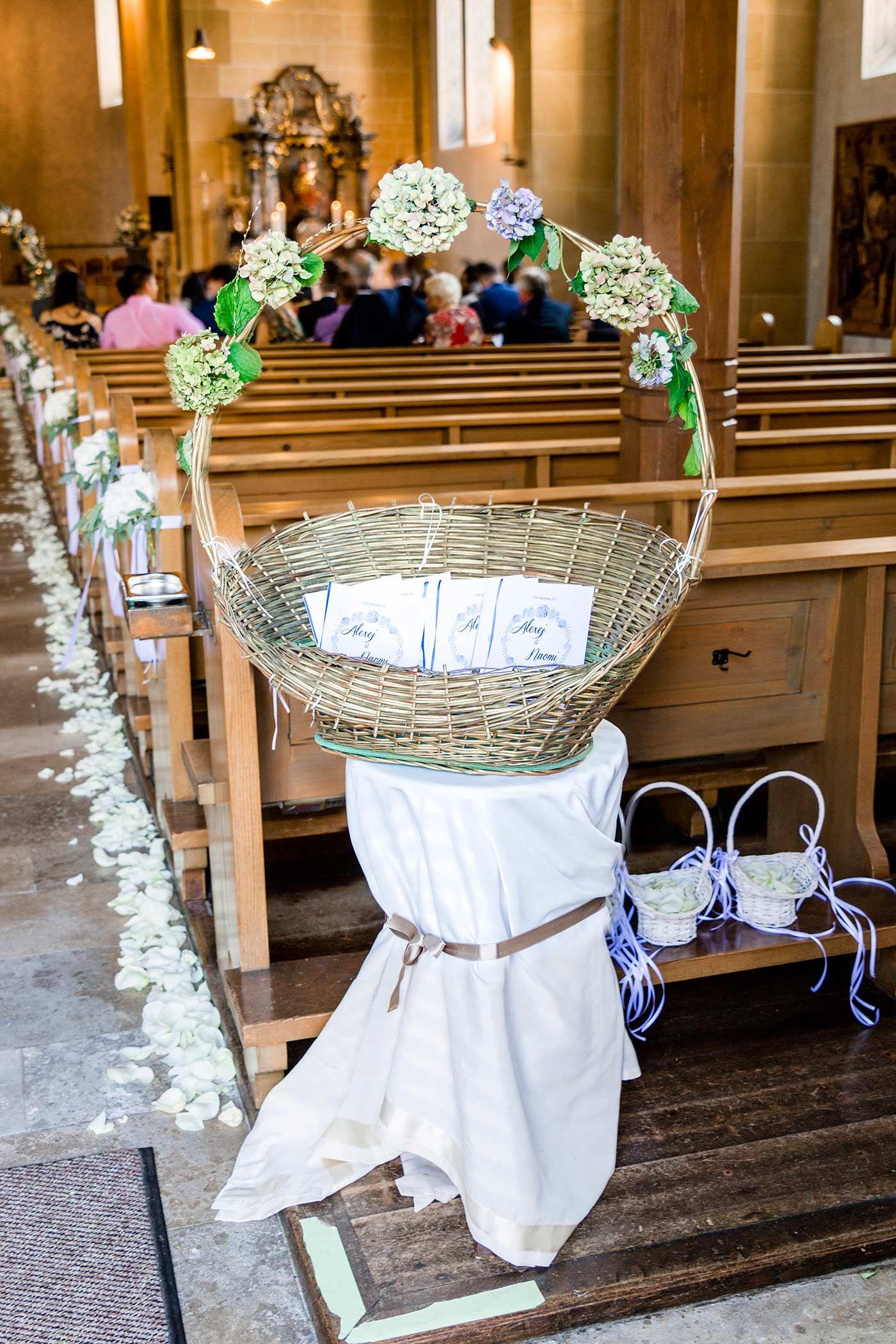 Coole Dekoidee für das Kirchenheft zur Hochzeit - so können sich eure Gäste am Eingang direkt bedienen. Weitere hilfreiche Tipps & Ideen findet ihr in unserem ausführlichen Ratgeber... © Sonja Schulz #decorationeglise