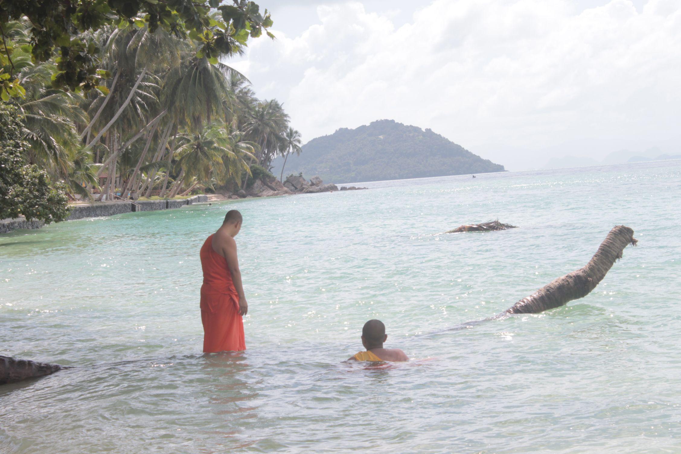 Monjes en Talim Ngam Beach
