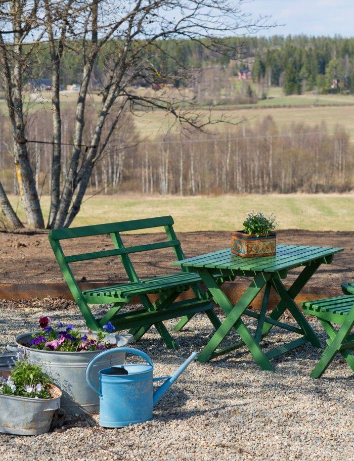 Gammaldags trädgårdsmöbler målad med kromoxidgrön linoljefärg