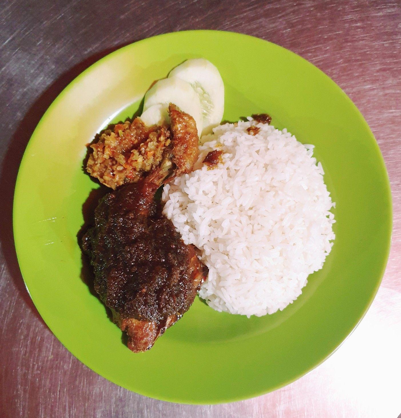 Nasi Ayam Goreng Bumbu Hitam Sambal Bawang Khas Madura Resep Masakan Makanan Makanan Indonesia