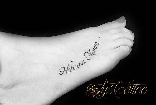 Tatouage dessus du pied femme tatou lettrage criture mots hakuna matata tatouage - Tatouage hakuna matata ...