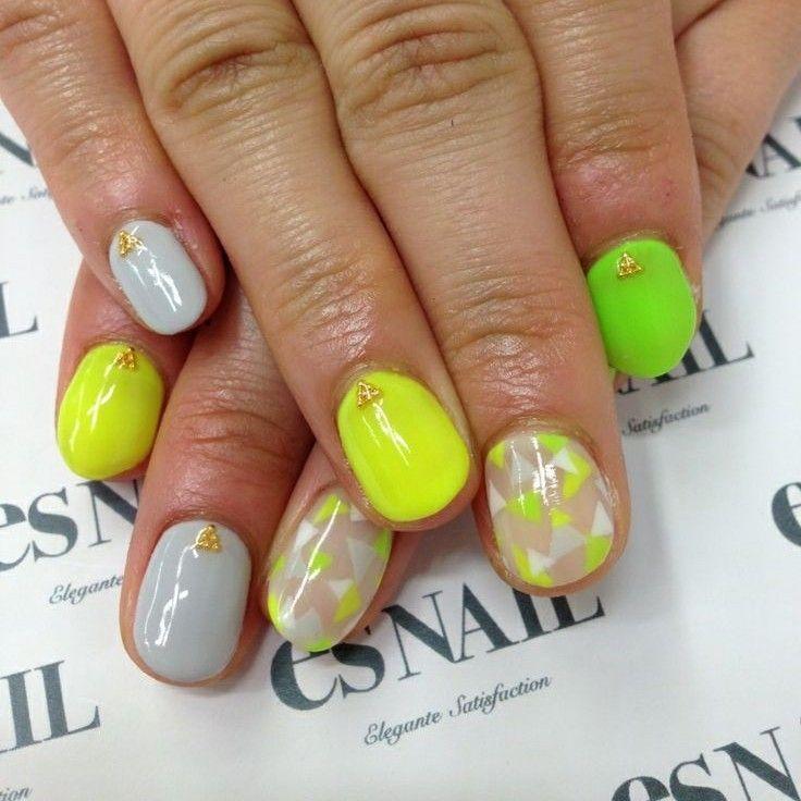 Vistosas uñas en color gris, beige, amarillo y verde fluor adornadas ...