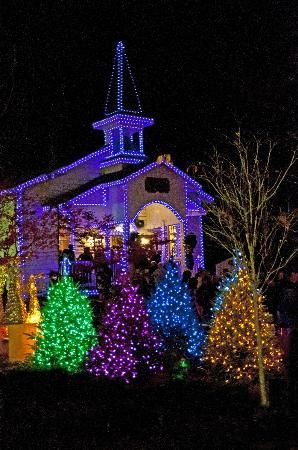 Dollywood Christmas Lights Billede Fra Dollywood Dollywood Chapel With Christmas Lights Udendors Julepynt Julelys Jul Ideer