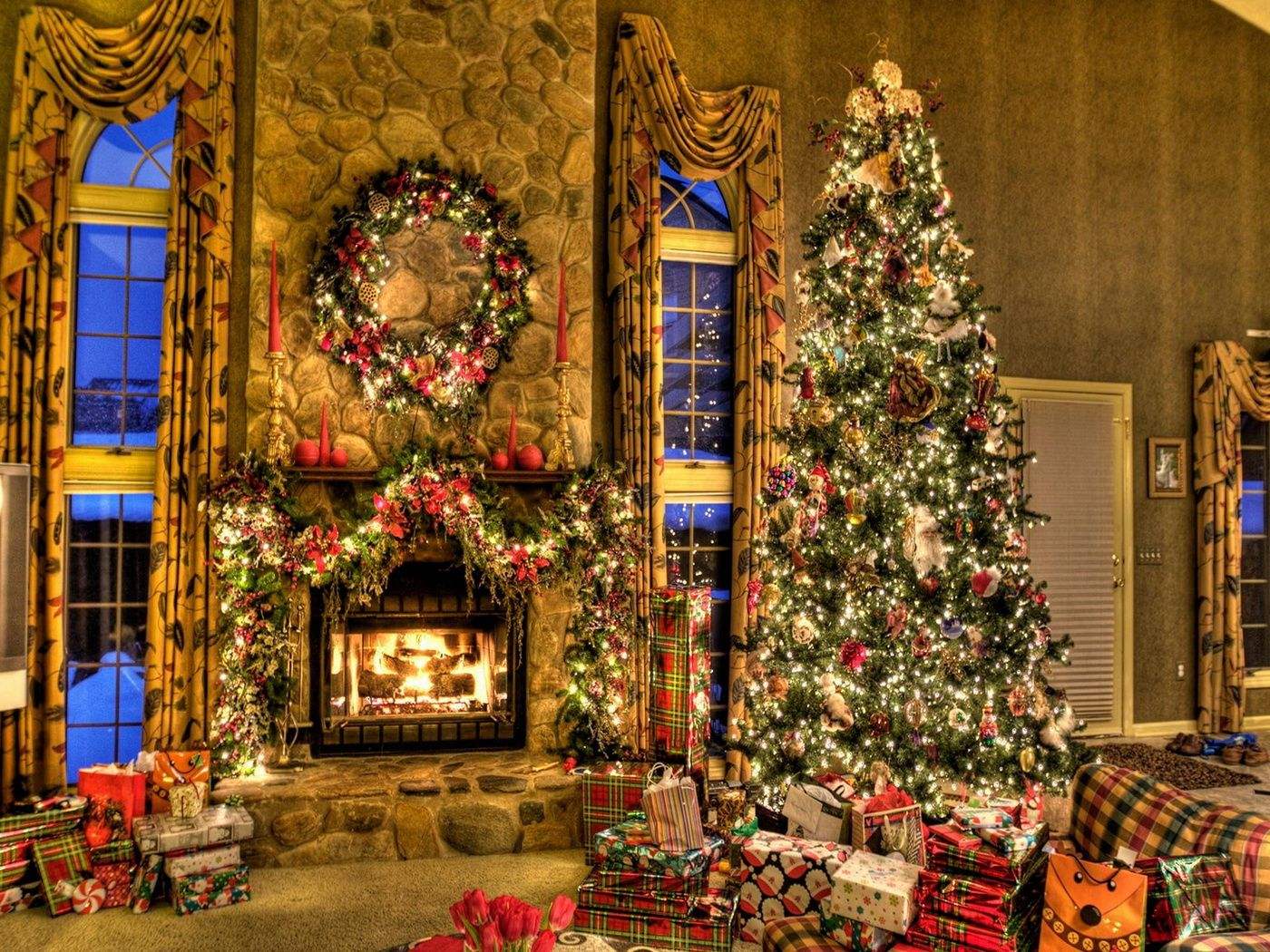 Beautiful outdoor christmas decorations - Living Room Holiday Decorations With A Giant Christmas Tree Beautiful