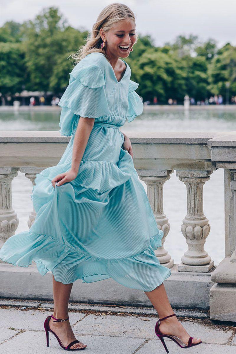 dd3b55c7579 Cómo combinar un vestido celeste  Añádele accesorios que destaquen ...