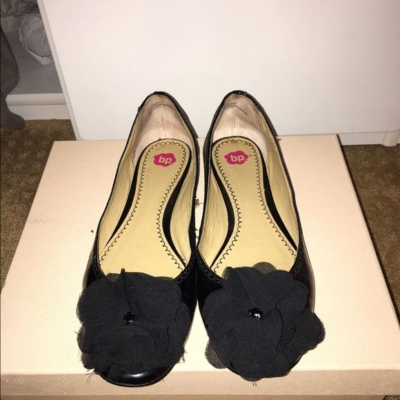 Lightly worn flats Black flats with bow detail. Bought from Nordstroms.                                                                   ✅Bundles                                                                                                      Trades                                                                              ⚡️✈️ Shipping bp Shoes Flats & Loafers