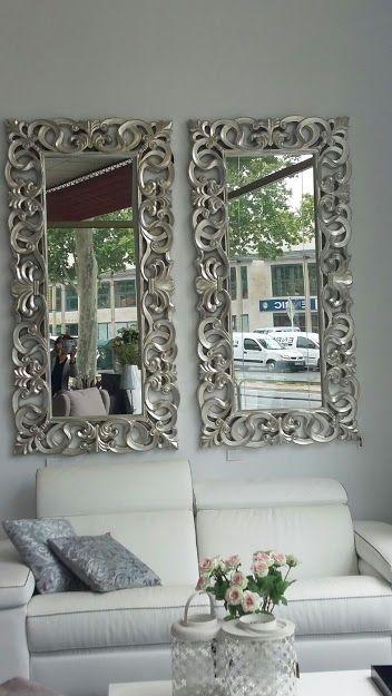 sof de piel blanca decorado con espejos plateados ideal
