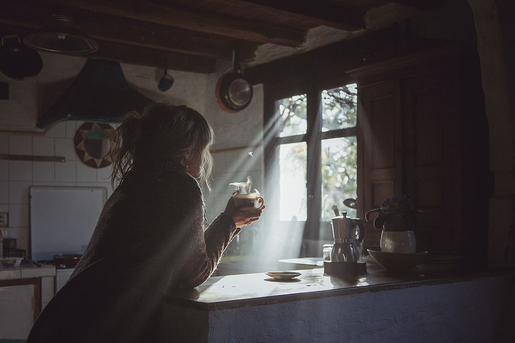 (l.20-02-17).Cada mañana dibujas tu nombre  sobre mis pupilas, como aquella huella que el sol  ve aferrarse sobre la arena.  morning
