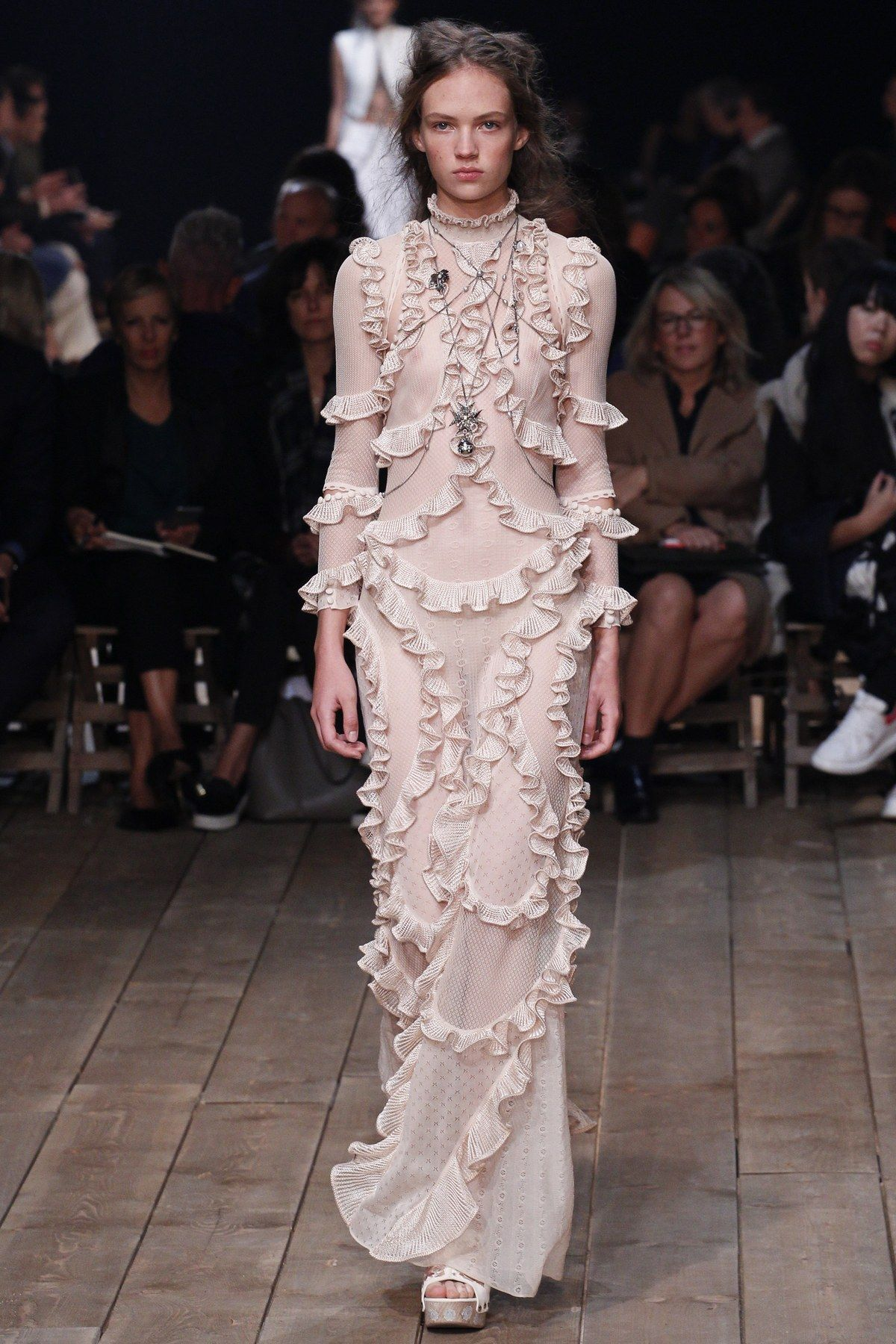 9303c24451b12 Alexander McQueen Spring 2016 Ready-to-Wear collection, runway looks,  beauty, models, and reviews.