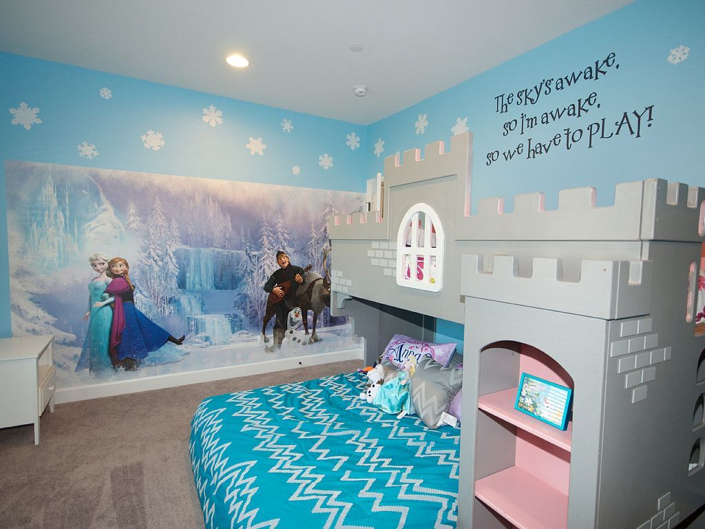 What Girl Doesn T Like The Icy Blue Hue Of Elsa S Dress The Comforter Matches It Perfectly In This Room That Prince Frozen Bedroom Disney Bedrooms Room Themes