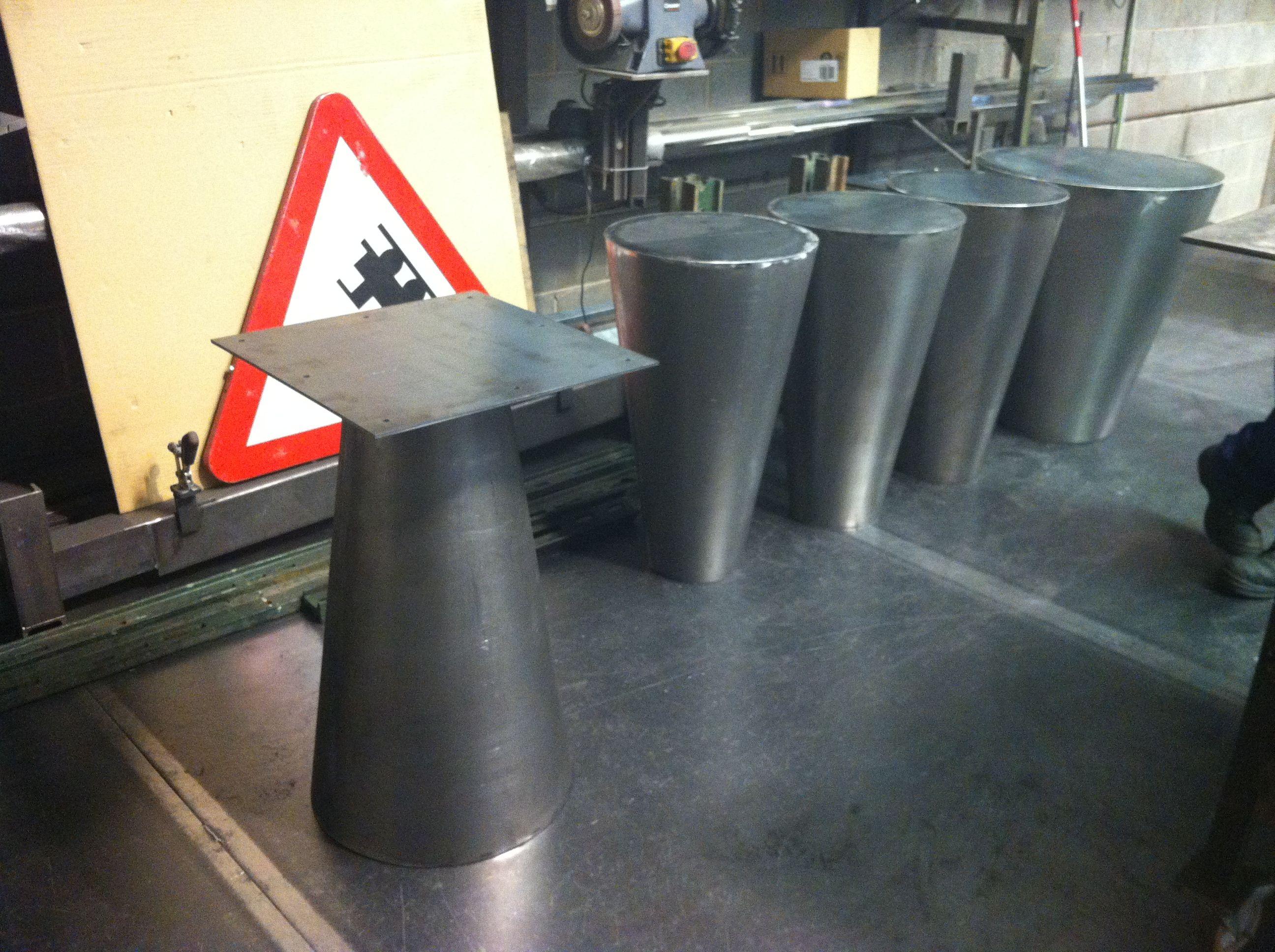 Mesas cil ndricas en chapa con base para collar al suelo - Suelos para bares ...