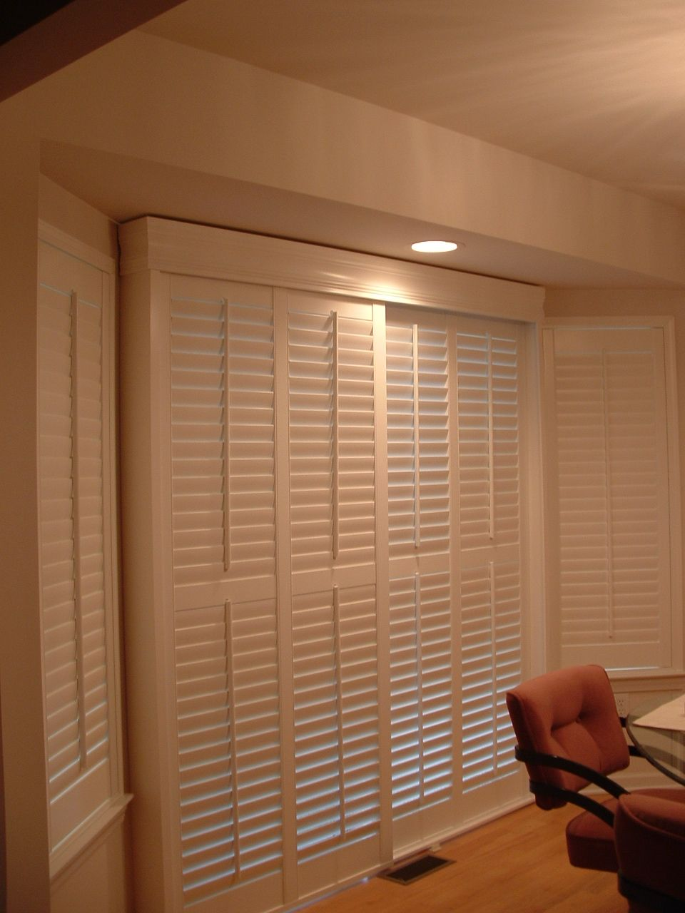 indoor shutters on track system shutters cortinas. Black Bedroom Furniture Sets. Home Design Ideas