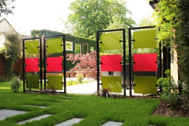 Metalzaun im Garten - bunte Glas-Paneele setzen Akzente Garten - sichtschutz im garten modern