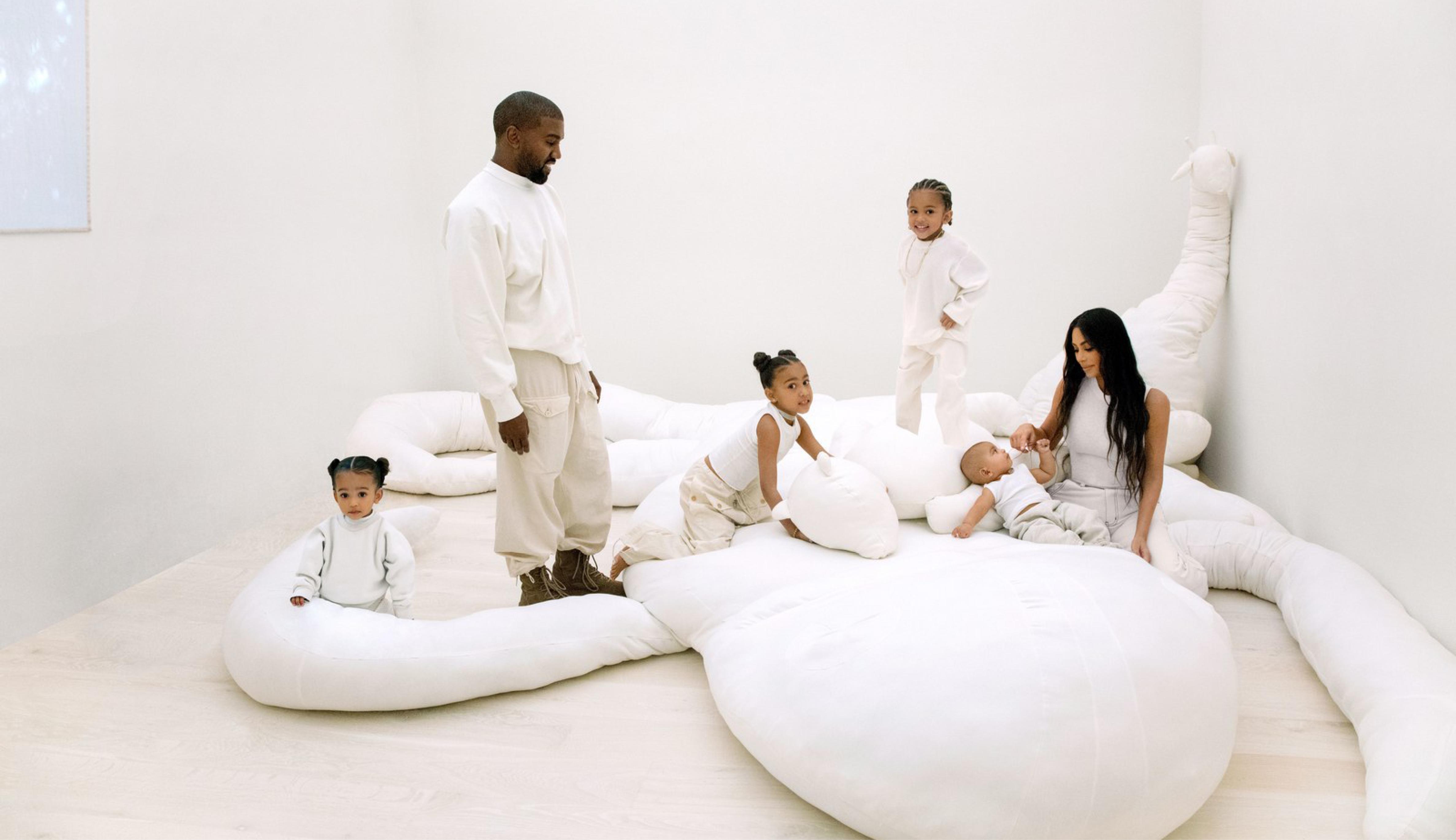 La Famille West Sur Une œuvre D Isabel Rower C Jackie Nickerson En 2020 Kardashian Minimaliste Maison