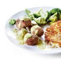 Meng het gehakt met de kruiden en vorm balletjes. Bak het minuten in een voorverwarmde oven op 180 graden. Voor de saus: bak de champignons in de boter, voeg de room, kaas en kruiden toe.Voeg de gehaktballen toe en laat het in 20 minuten gaar worden. Serveer met zilvervliesrijst.