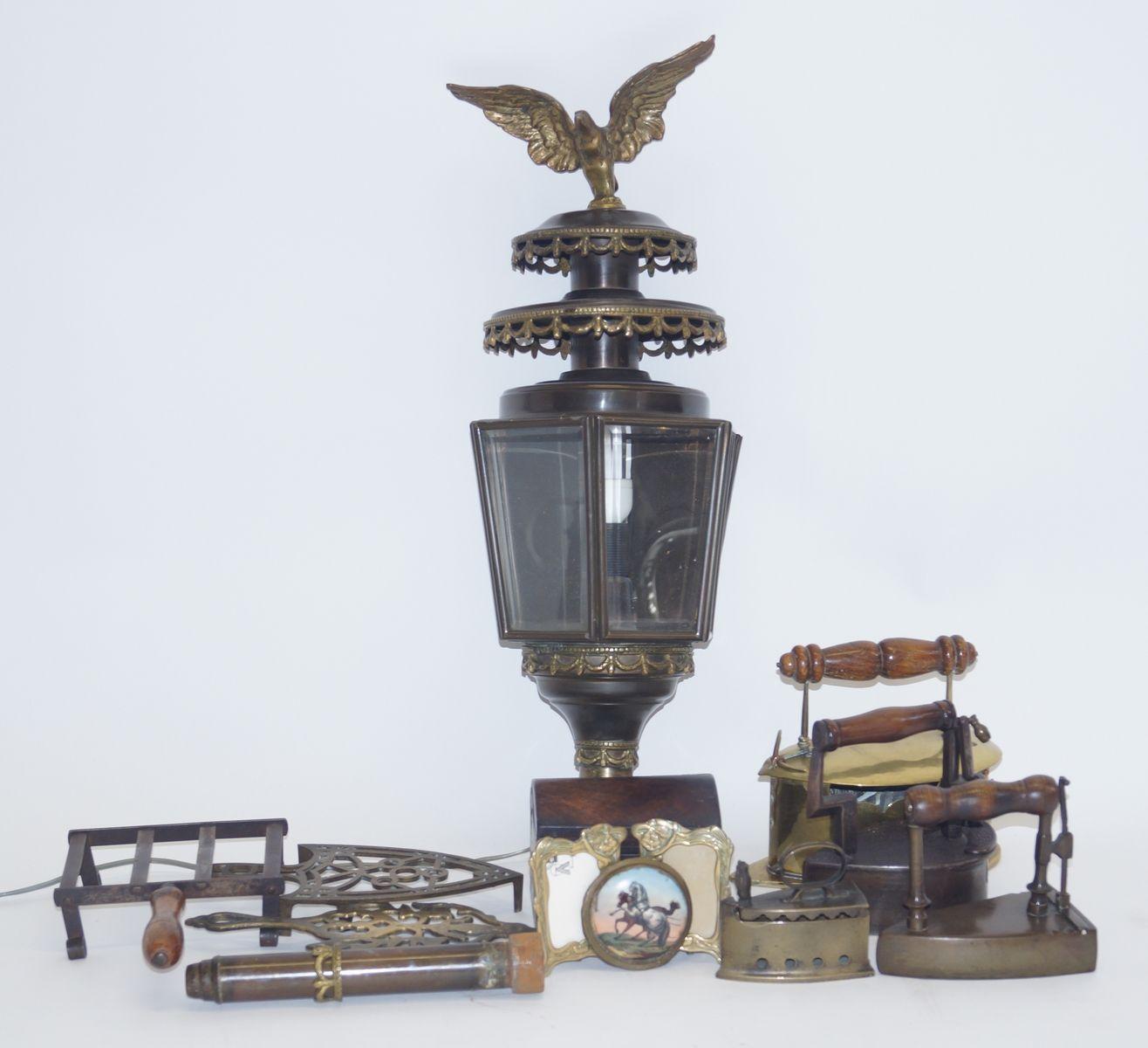 Een kavel divers antiek, w.o. strijkijzers, geëlectrificeerde koetslantaarn, theekistje, enz