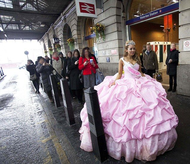 Fat Ugly Wedding Dress: Big Fat Gypsy Weddings Bride Takes To The Streets In 12