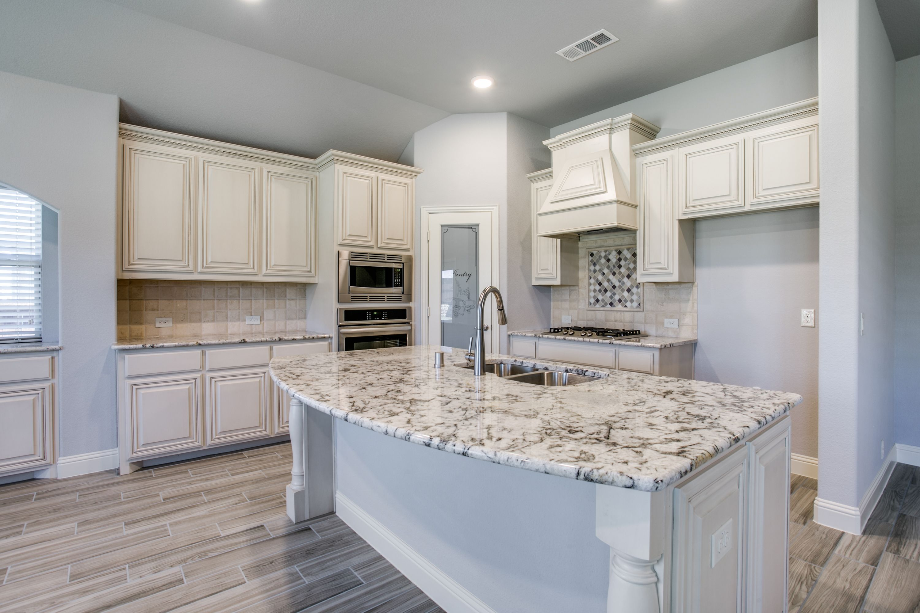 Lots Of Counter Space Light And Beauty In This Kitchen Kitchen Dreamkitchen Newhome Log Home Kitchens Bloomfield Homes Home