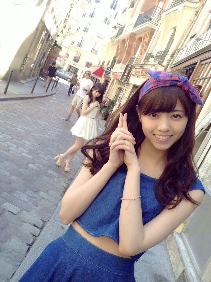青色の服を着てヘアバンドをつけている西野七瀬