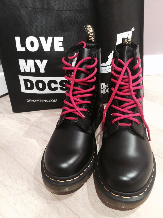 1e25f394710e6 Black Doc Martens with pink laces. | DOC MARTENS in 2019 | Doc ...