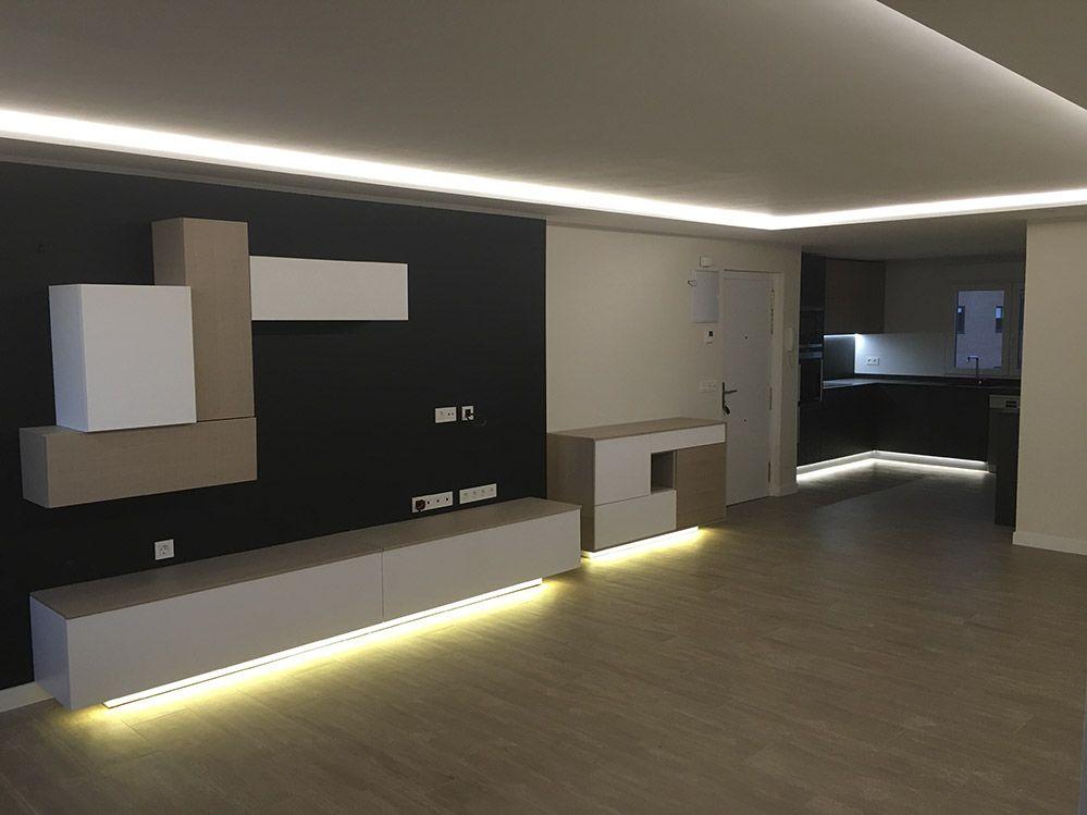 Salon moderno con luz led indirecta salon comedor - Luz para cocinas ...