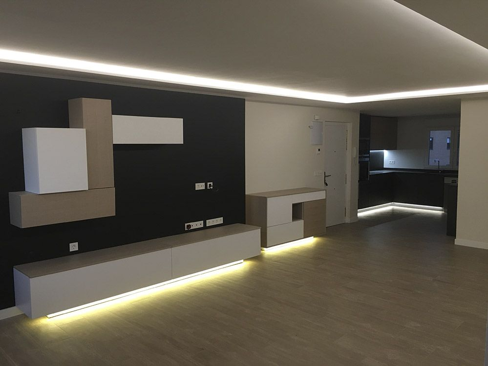 Salon moderno con luz led indirecta salon comedor for Muebles de salon con luz led