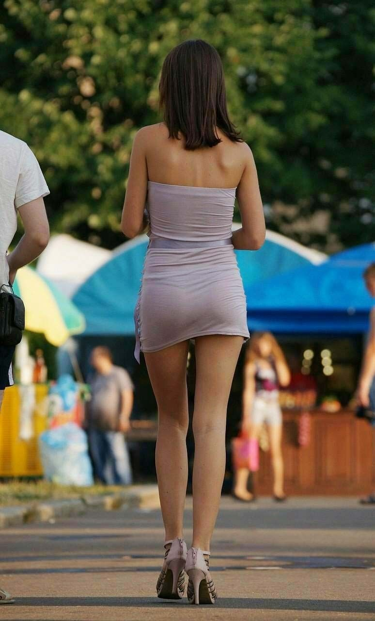 Девушки на прогулке в мини юбках 5