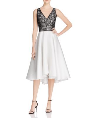 Perfectly pretty, Carmen Marc Valvo's dress features embroidered lace and a full skirt for an elegant and eye-catching evening look. Wear it with simple sandals for an impeccably polished finish. | Se