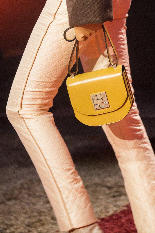 cd54b00ebd HERMÈS Otoño Invierno 2018-2019- ElleSpain Chanel Handbags, Balenciaga  Handbags, Hermes Bags