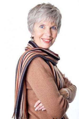 Coupe courte pour dame aux cheveux gris coiffure