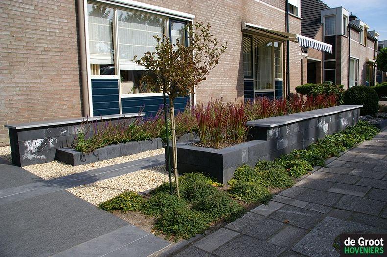 Voortuin met strak lijnenspel voortuinen modern klein pinterest gardens - Geplaveid voor allee tuin ...