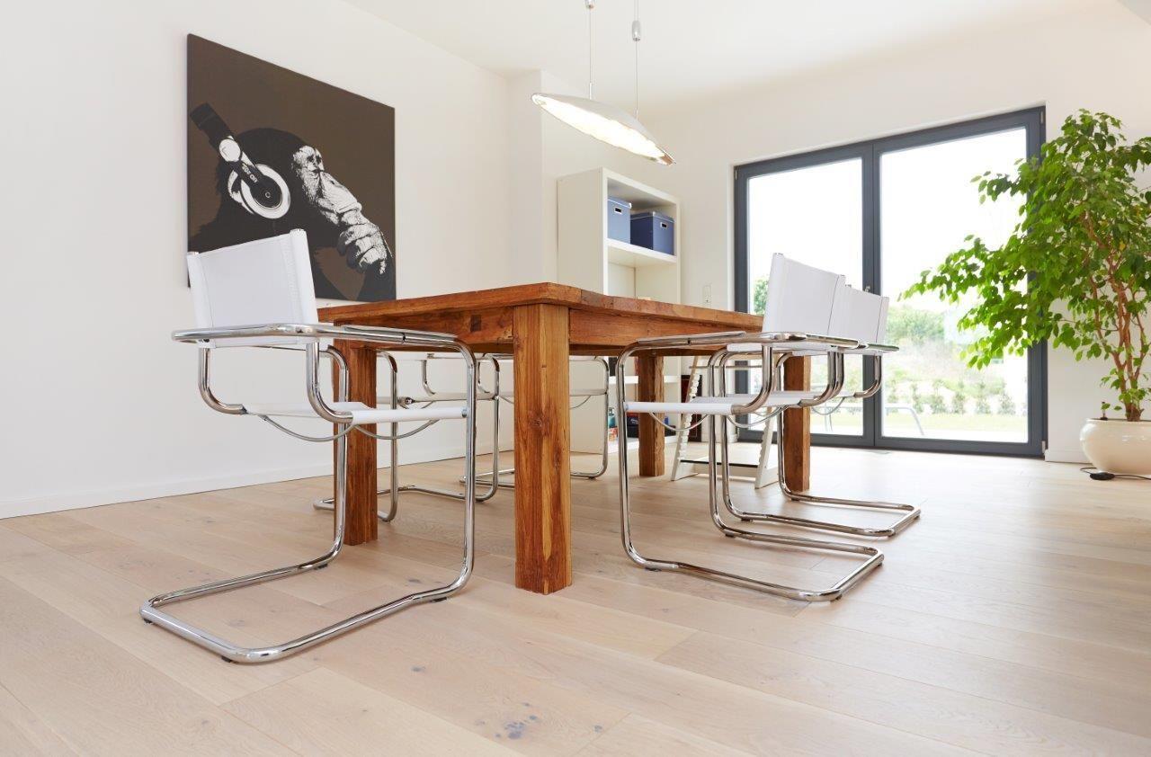Esstisch Holz massiv mit modernen Stühlen als