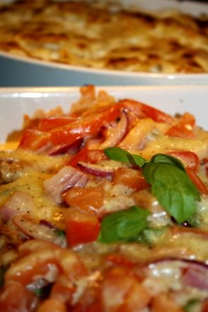 Snabb& lätt gratinerad fläskfile : . Och till den gratinerade fläskfilen,behöver niför ca5-6 portioner: 2 st fläskfile 2 tomater 1 rödlök 1 vitlök Mozzarella eller 2 dl riven god ost Färsk basilka salt och peppar Gör så här : Ställ ugnen på 200 grader , Putsa fläskfilen, och skär lagom … Läs mer