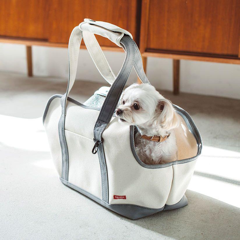 フリーステッチオリジナルのキャリーバッグ にトート型が登場 フタ部分がメッシュなので通気性抜群 汚れに強く丸洗いできるので 山や海などのアウトドアにも最適です 見た目以上に軽いので 小型犬やパピーのわんちゃんにオススメのトート バッグです 犬 バッグ 犬