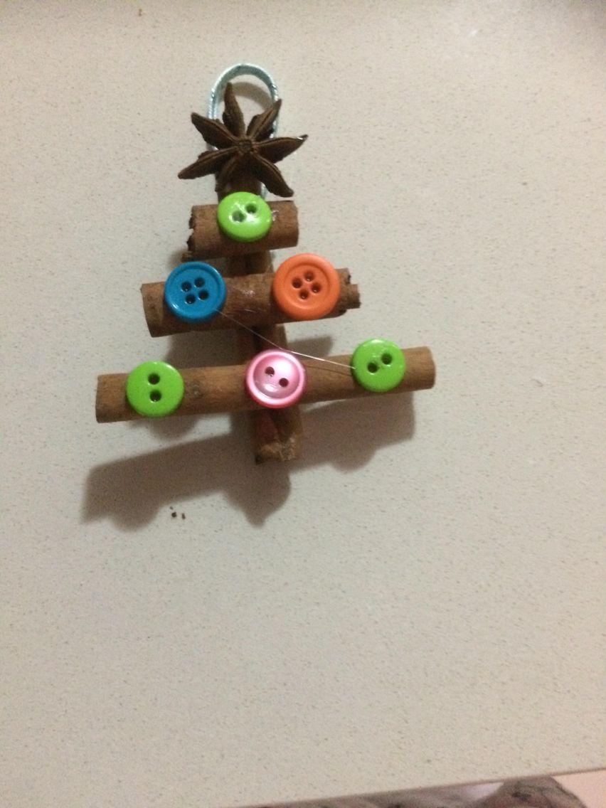 Palitos de canela, estrella de anís y botones montado en paleta de madera
