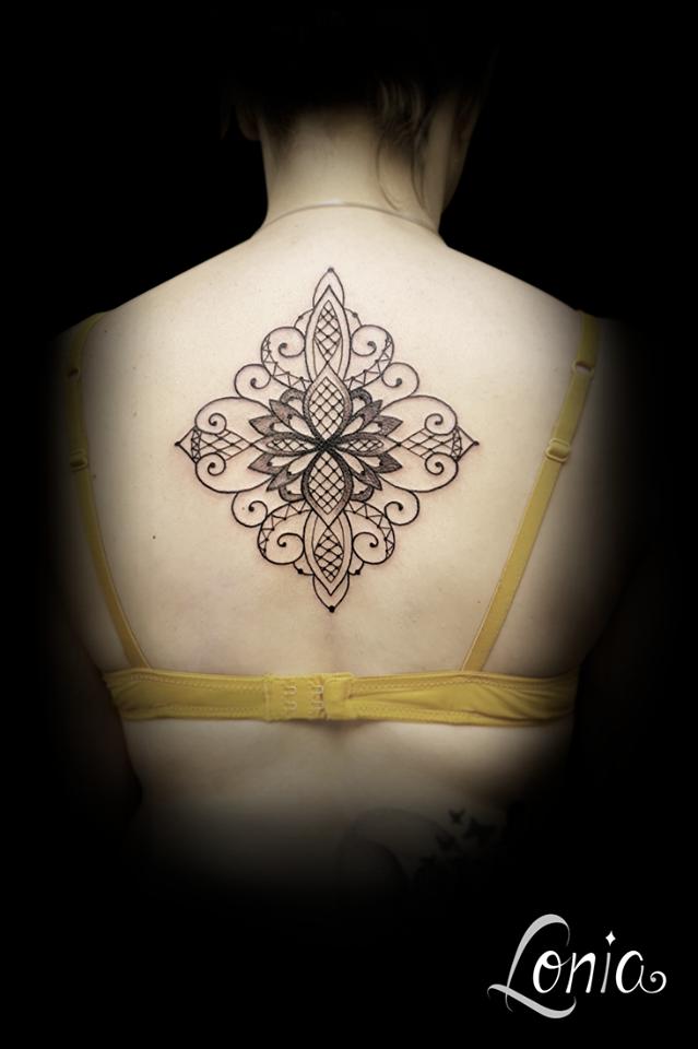 tatouage lonia tattoo troyes dos géométrique bijou dentelle