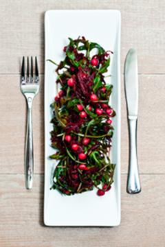 Kulørte kikærter Smuk, sund og indbydende er ord, som bedst beskriver denne salatfavorit. Kikærterne er rent ernæringsmæssigt geniale, de er billige og kan købes overalt. De har et højt indhold af protein og fibre, hvilket gør denne salat meget mættende.  Af: Mads Bo Kulørte kikærter Ingefæren bidrager med de antiinflammatoriske egenskaber oghjælper med til at gøre salaten ekstra frisk og lækker. Salater er lækre - især når de indeholder andet end blot iceberg, kinakål og dåsemajs…
