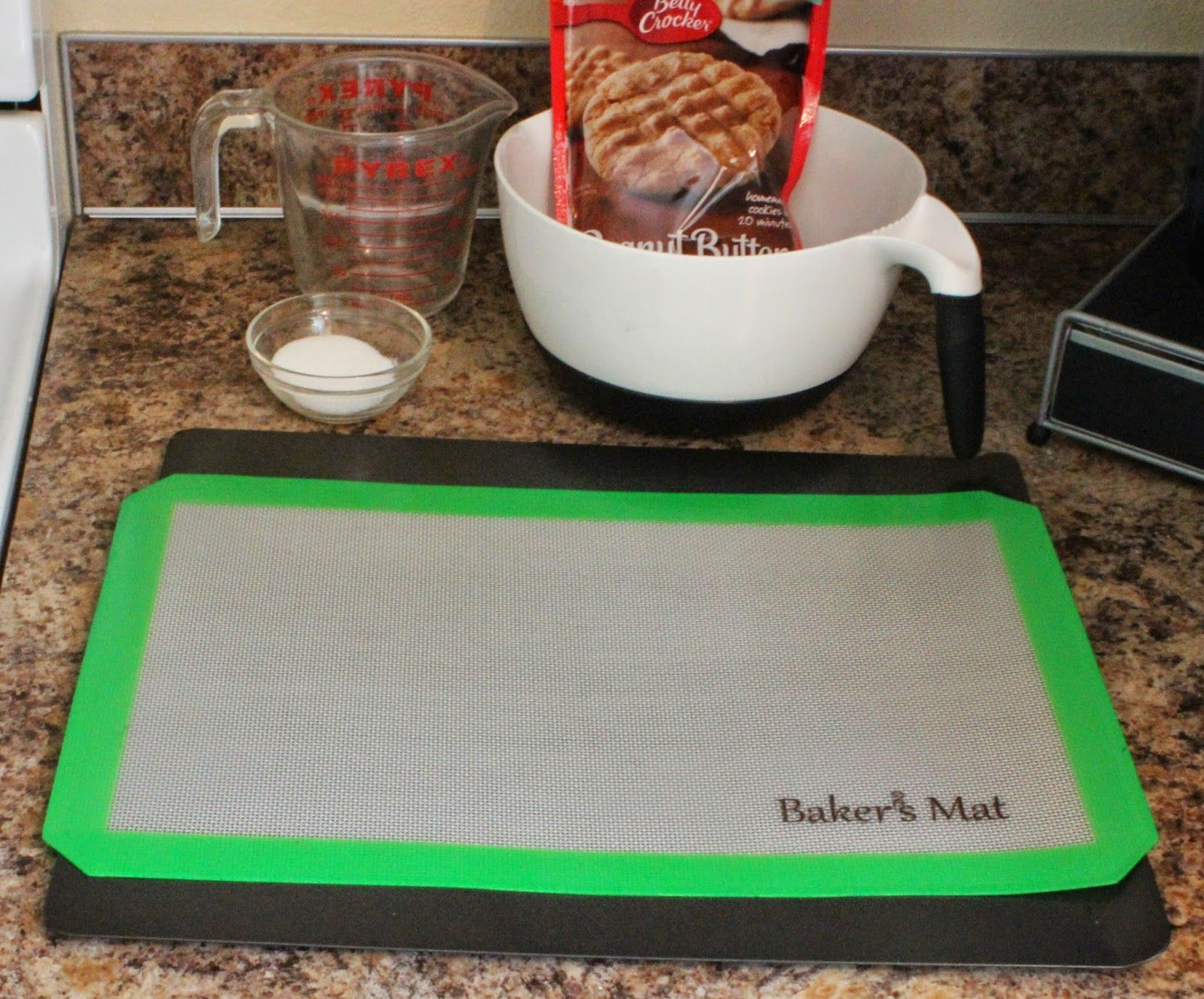 Baker's Mat Review: Protect your cookie sheets with silicone #BakersMat