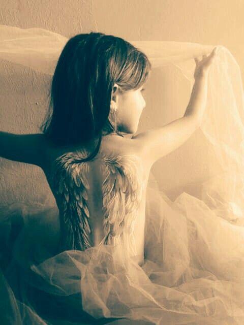 Niña angel , alas pintadas con acrilicos